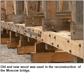 Old and new wood was used in the reconstruction of the Moscow bridge.